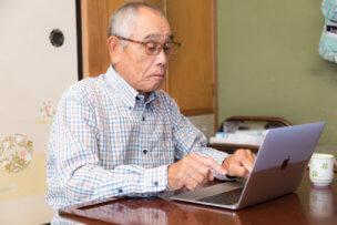 パソコンを叩く老人